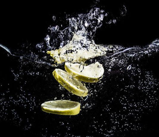 Woda z cytryną dla zdrowia i dobrego samopoczucia